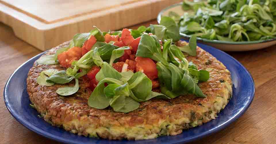 Zucchini- och Matvetefrittata med smakrik tomatsallad